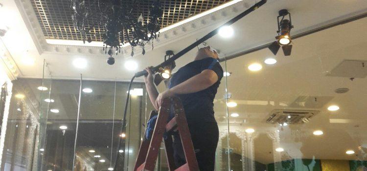 Вам нужно убрать пыль с потолка и высоких поверхностей? Поможем)